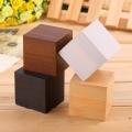 Електронен часовник под формата на куб имитиращ дърво с термомет